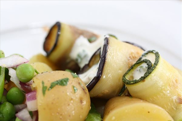 Grøntsagsruller med en frisk kartoffelsalat