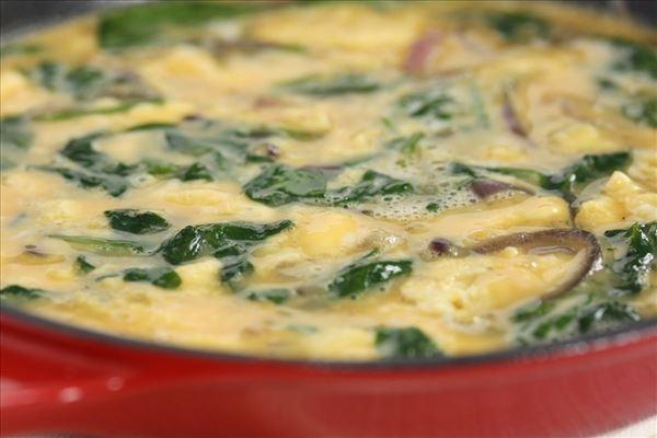 Æggekage med rødløg og spinat