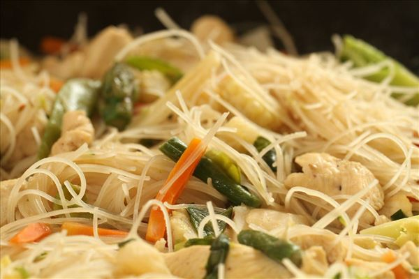 Kyllingewok med kokosmælk og risnudler