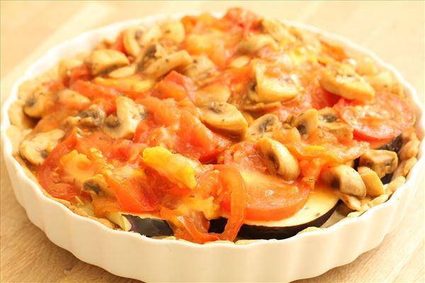 Auberginetærte med tomater og champignon