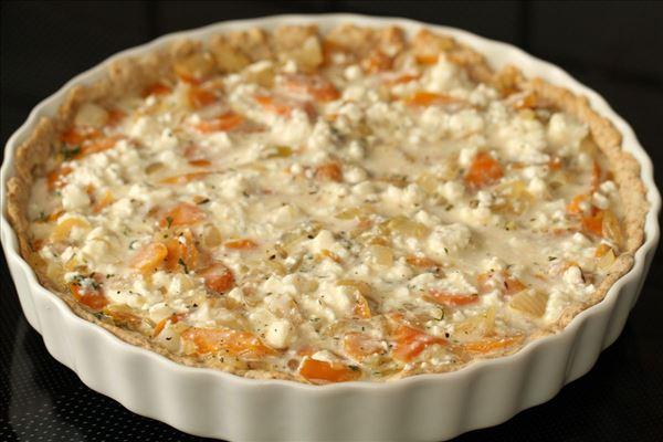 Sommerlig gulerodstærte med feta og dild