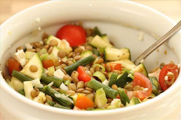 Grøn linsesalat med feta og squash