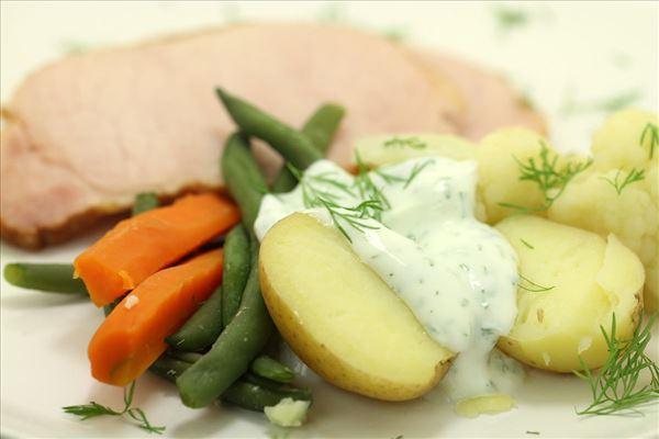 Grønsager med dilddressing og hamburgerryg