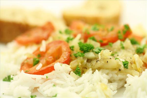Bagt hellefisk med tomat, hvidløg og ris