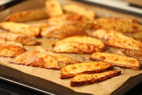 Kyllingeburger med sprøde bådkartofler