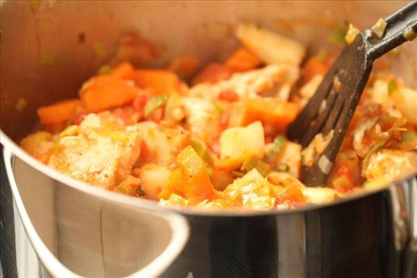 Ristede rodfrugter med kylling i tomatsauce