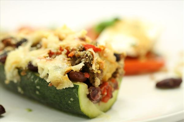 Farserede courgetter med tomatsalat