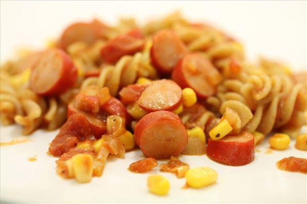 Fattigmandsgryde med røde pølser og majs