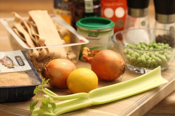 Fiskefrikadeller med tomatsauce og pasta