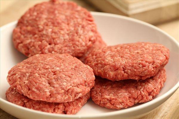 Cheeseburger med ovnstegte kartofter