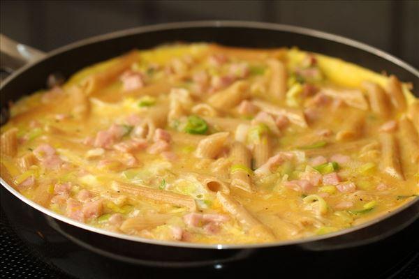 Pasta-æggekage med skinke