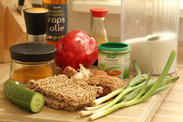 Stegte karrynudler med grøntsager og groft brød
