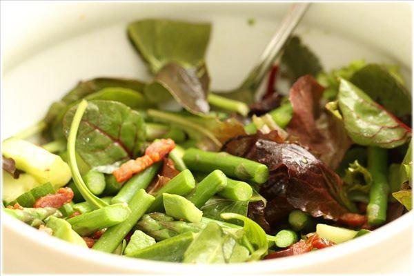 Grøn salat med asparges og avocado