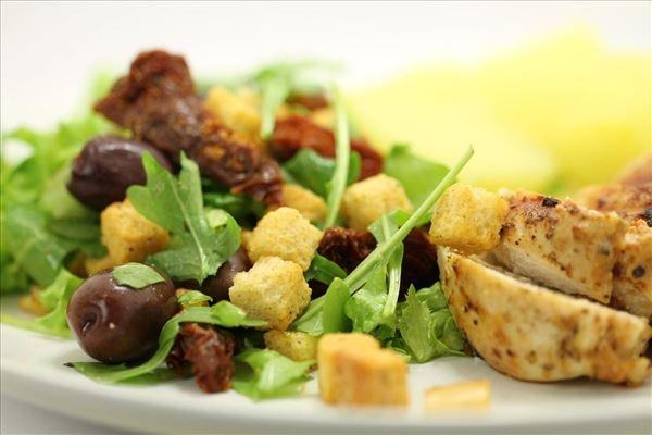 Fyldt Kyllingebryst med pesto og frisk salat