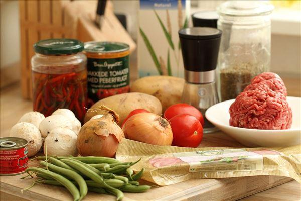 Tomatfad med hakket oksekød og kartofler