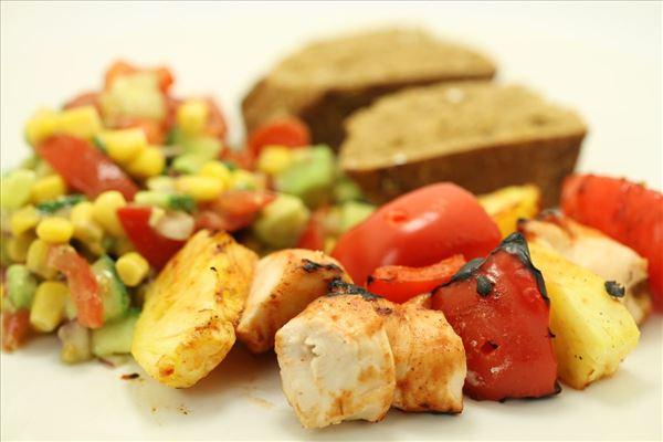Grillspyd med barbecuekylling og majssalsa