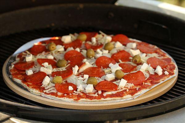 Pizza med pepperoni, feta og oliven (grill)