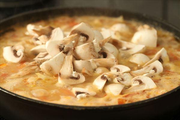 Høns i tomat og champignons med ris