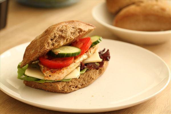 Kalkunburger med grøntsager og ost