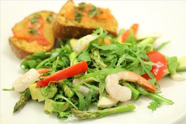 Salat med tigerrejer og tomatbrød