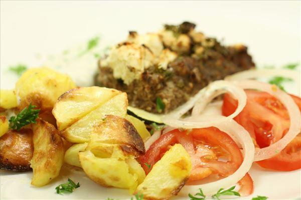 Græsk farsret med ovnbagte kartofler