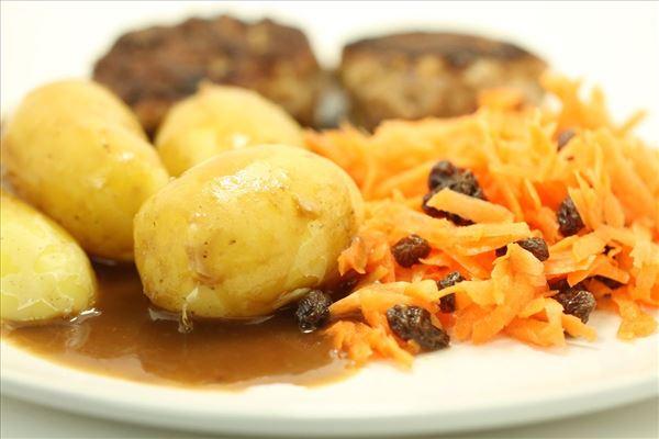Frikadeller med kartofler, sovs og råkost