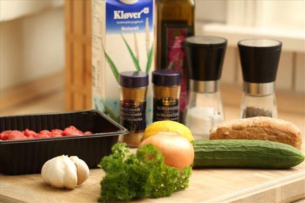 Græske kødboller med yoghurtdip og brød