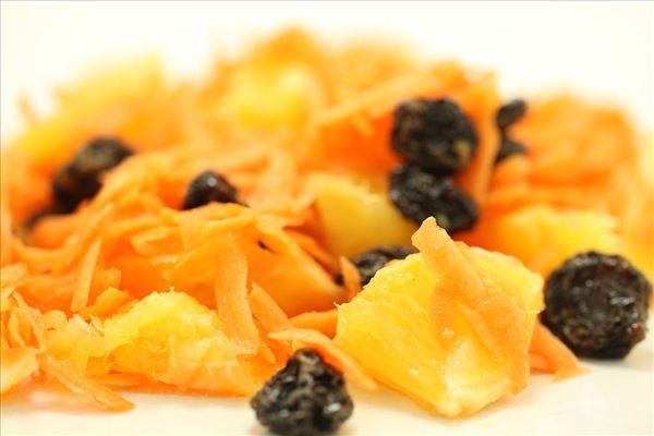 Gulerodssalat med appelsin og rosiner