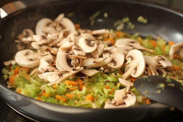 Linsebolognese med grøntsager og krydderurter