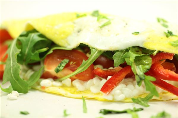 Æggepandekage med hytteost og grønt