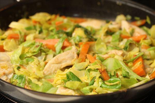 Spidskål med kylling i flødesauce