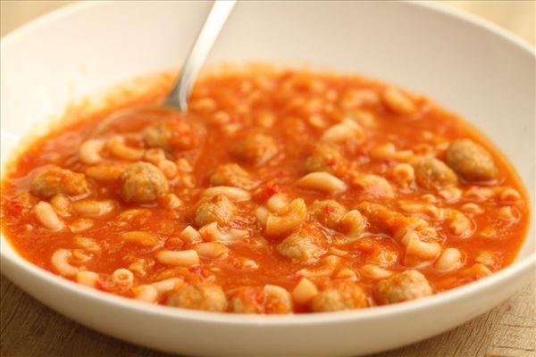 Tomatsuppe med nudler og kødboller