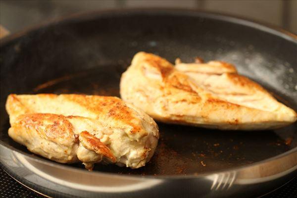Stegt kylling med bagekartofler og salat