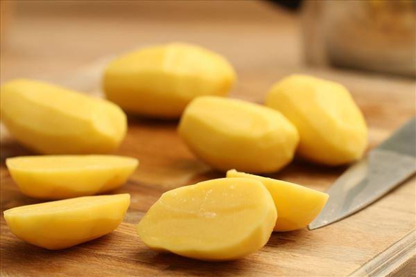 Kalkunfrikadeller med kartofler og tomatsalat