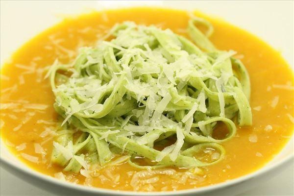 Frisk pasta i græskarsovs