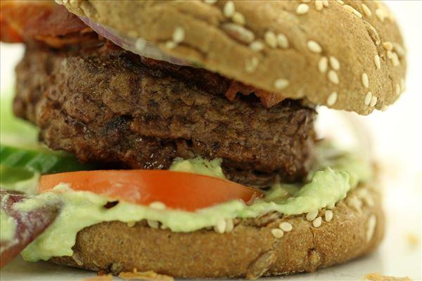 Guacamole burger med bacon og grønt