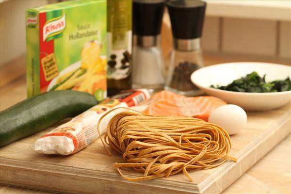Indbagt laks med hollandaise sauce og pasta