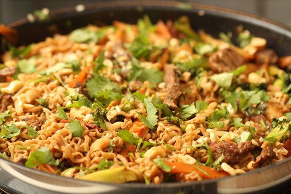Grøn wok med nudler og kalkunbacon