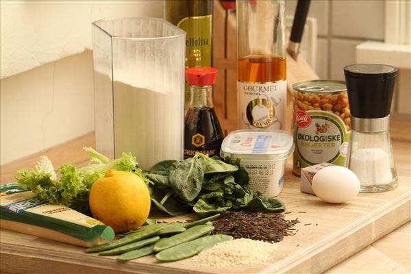 Hjemmelavet calzoner med spinatfyld og rissalat