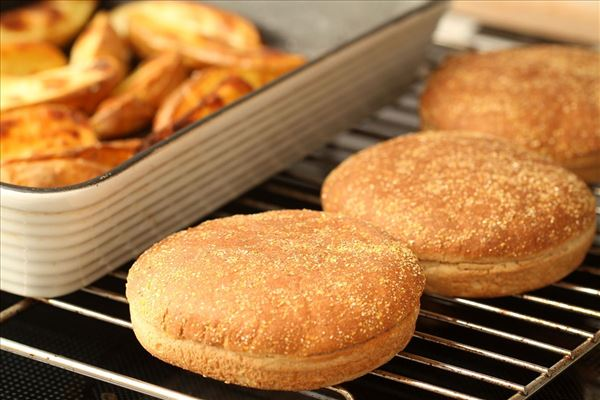 Amerikansk burger med bagte kartofler