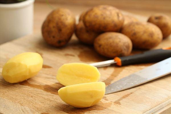 Store grillpølser med kartoffelsalat