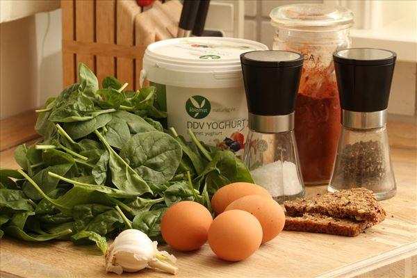 DDV Spinat med bagt æg og hvidløgsdressing