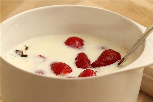 Jordbærkoldskål med kærnemælk og vanille