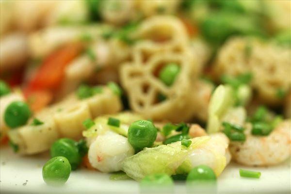 Pastasalat med rejer, basilikum og ærter