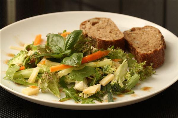 Salat med blomkål, broccoli og emmentaler