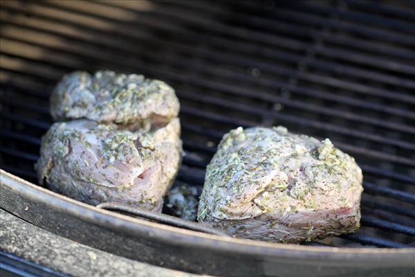 Grillet lammeculotte med bagte kartofler og grønt