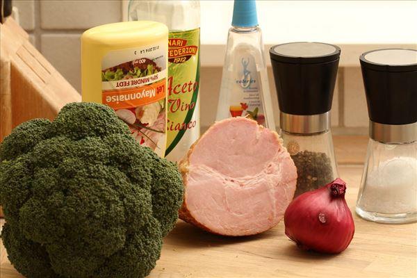 Broccolisalt med skinke og rødløg