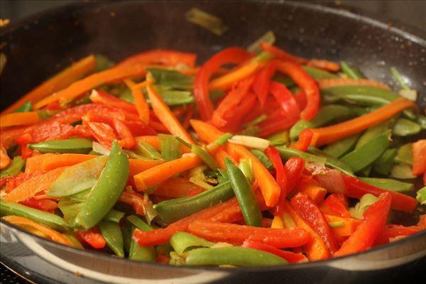 Wok med grøntsager, kylling og nudler