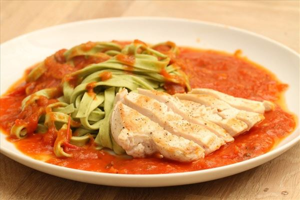 Pasta med tomatsovs og kylling