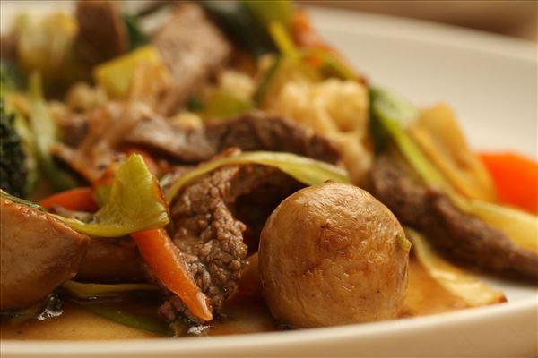 Nem wok med oksekød og grønsager